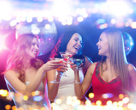Femmes de sourire avec des cocktails à la boîte de nuit Photos libres de droits