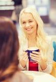 Femmes de sourire avec la tasse de café en mail ou café Photographie stock