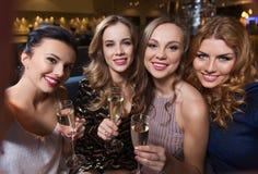 Femmes de sourire avec le champagne prenant le selfie au club Photos stock