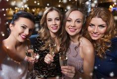 Femmes de sourire avec le champagne prenant le selfie au club Image libre de droits