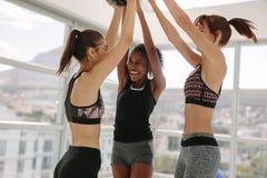 Femmes de sourire ayant l'amusement au studio de forme physique image libre de droits