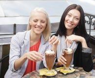 Femmes de sourire buvant d'un café Images libres de droits