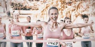 Femmes de sourire courant pour la conscience de cancer du sein Photographie stock