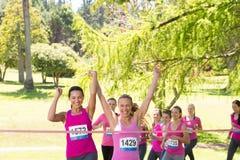 Femmes de sourire courant pour la conscience de cancer du sein Photo libre de droits
