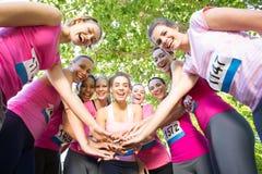 Femmes de sourire courant pour la conscience de cancer du sein Image libre de droits
