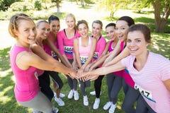 Femmes de sourire courant pour la conscience de cancer du sein Photos libres de droits