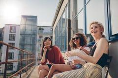 Femmes de sourire détendant dehors dans la terrasse Photo stock
