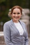 Femmes de sourire d'affaires dans le costume gris Photos libres de droits