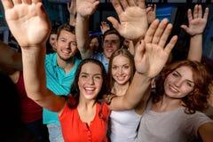 Femmes de sourire dansant dans le club Photos stock