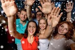 Femmes de sourire dansant dans le club Photos libres de droits