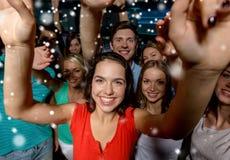 Femmes de sourire dansant dans le club Photographie stock libre de droits