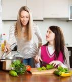 Femmes de sourire faisant cuire la nourriture Images stock