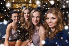 Femmes de sourire heureuses prenant le selfie à la boîte de nuit Images libres de droits