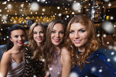 Femmes de sourire heureuses prenant le selfie à la boîte de nuit Photographie stock