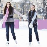 Femmes de sourire sur la patinoire Photo stock