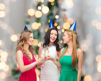 Femmes de sourire tenant des verres de vin mousseux Images libres de droits