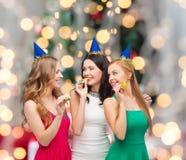 Femmes de sourire tenant des verres de vin mousseux Photo libre de droits