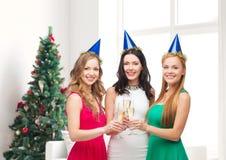 Femmes de sourire tenant des verres de vin mousseux Image stock