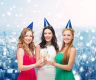 Femmes de sourire tenant des verres de vin mousseux Photo stock