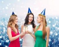 Femmes de sourire tenant des verres de vin mousseux Photographie stock