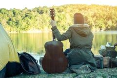 Femmes de touristes campant sur la rivière Photos libres de droits