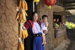 Femmes de tribu de côte de Lisu à la maison de terre Photographie stock