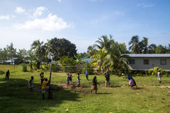 Femmes de village jouant le volleyball, Solomon Islands Photos stock
