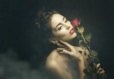 Femmes de vintage avec la rose de rouge Images libres de droits