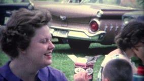 femmes (de vintage de 8mm) à la partie extérieure en de vieilles voitures banque de vidéos