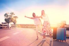Femmes de voyage faisant de l'auto-stop Photos libres de droits