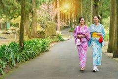 Femmes de voyageuse d'amies utilisant le kimono japonais Photographie stock