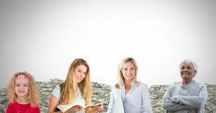 Femmes des générations d'âge grandissant avec des collines d'argent Photo stock