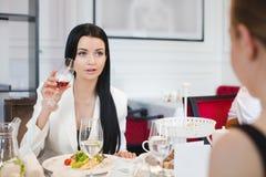 Femmes dinant dans le restaurant Images libres de droits