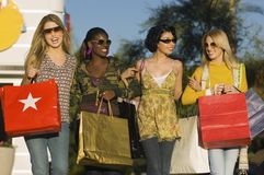 Femmes diverses portant des sacs à provisions Photographie stock