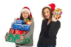 Femmes drôles avec des cadeaux de Noël Photos stock