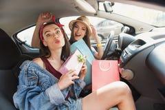 Femmes dupant autour dans une voiture Photos stock