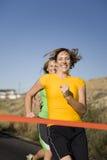 Femmes emballant à la ligne d'arrivée Photographie stock libre de droits