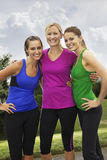 Femmes en bonne santé de sourire de forme physique Images stock