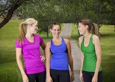 Femmes en bonne santé heureuses de forme physique image libre de droits