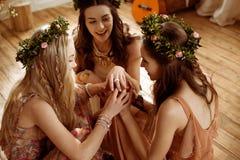 Femmes en guirlandes florales Photo stock