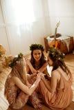 Femmes en guirlandes florales Photographie stock
