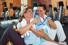 Femmes en gymnastique faisant une pause images stock