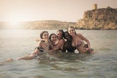 Femmes en mer photographie stock libre de droits