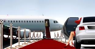 Femmes en rouge montant à bord d'un avion privé Image libre de droits