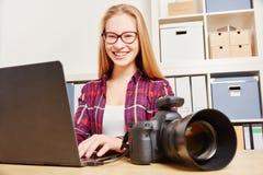 Femmes en tant que photographe faisant la sauvegarde des données image libre de droits