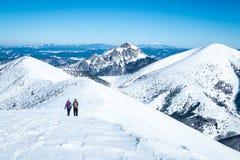 Femmes en voyage en montagnes d'hiver Photo libre de droits