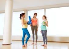 Femmes enceintes avec l'article de sport dans le gymnase Photographie stock