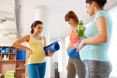 Femmes enceintes avec l'article de sport dans le gymnase Image stock