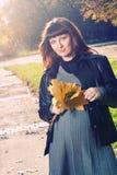 Femmes enceintes en stationnement d'automne Photos stock