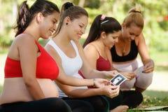 Femmes enceintes partageant des images d'Ecography dans la classe prénatale Image stock